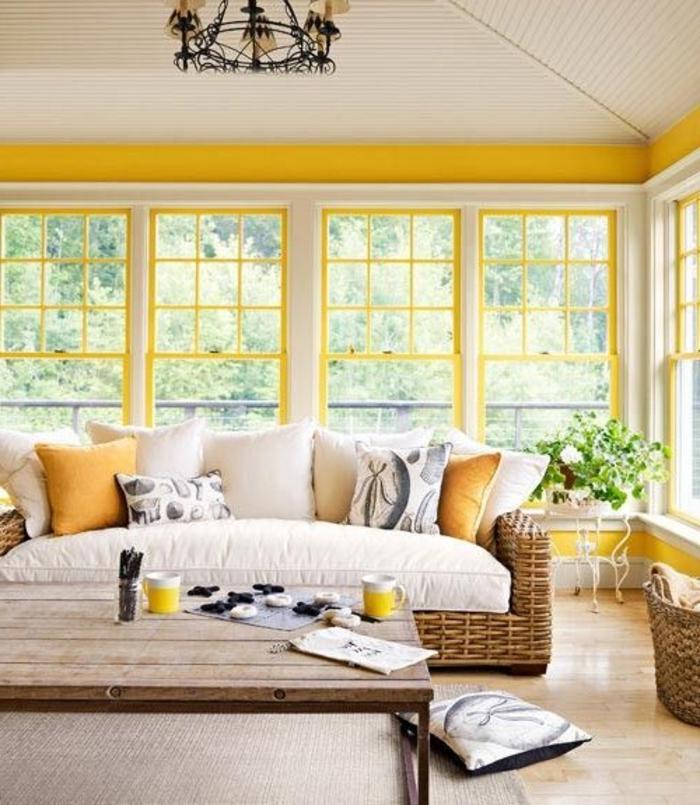 veranda-en-kit-castorama-avec-mur-jaune-et-plafond-en-planchers-fenetres-grandes
