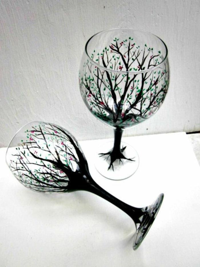 verre-tulipe-avec-une-jolie-decoration-en-forme-d-arbres