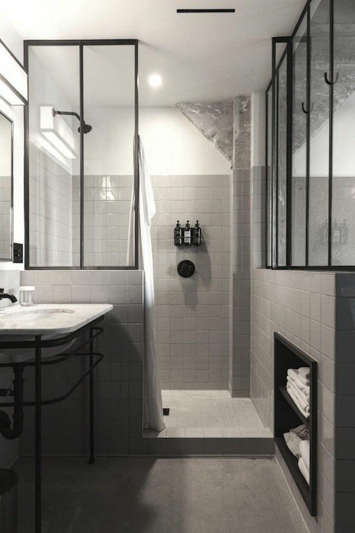 verriere-d-interieur-dans-la-salle-de-bain-grise-meubles-gris-dans-la-salle-de-bain