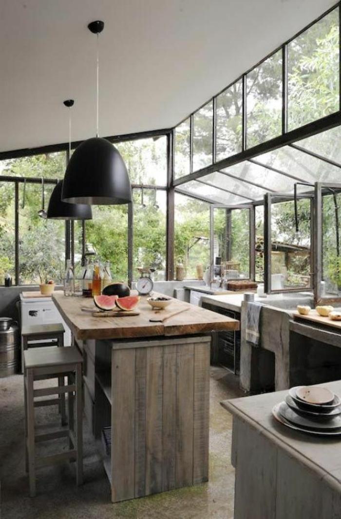 verriere-d-interieur-pour-une-cuisine-de-style-rustique-bien-amenagee-avec-meubles-en-bois-massif