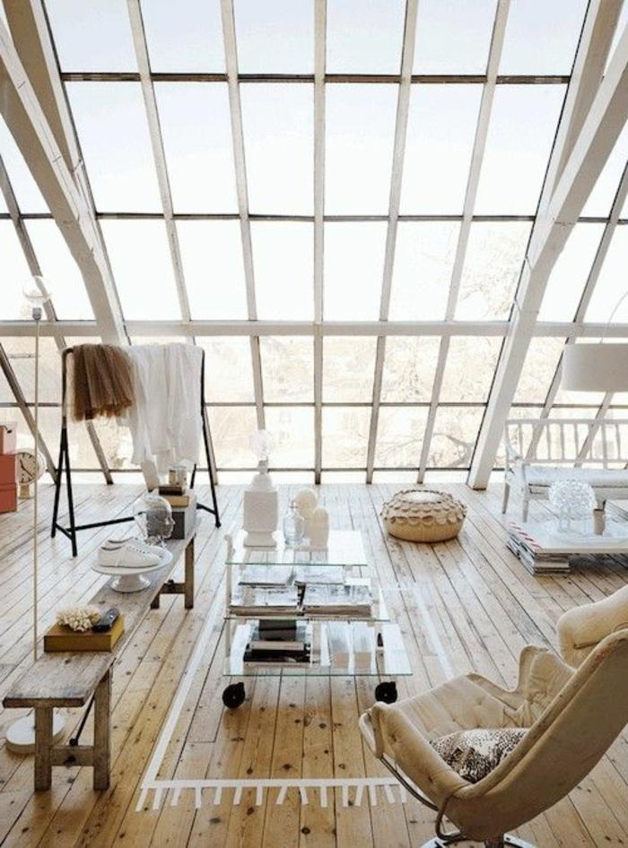 verriere-de-toit-pour-lesalon-d-esprit-scandinave-sol-en-planchers-en-bois-clair
