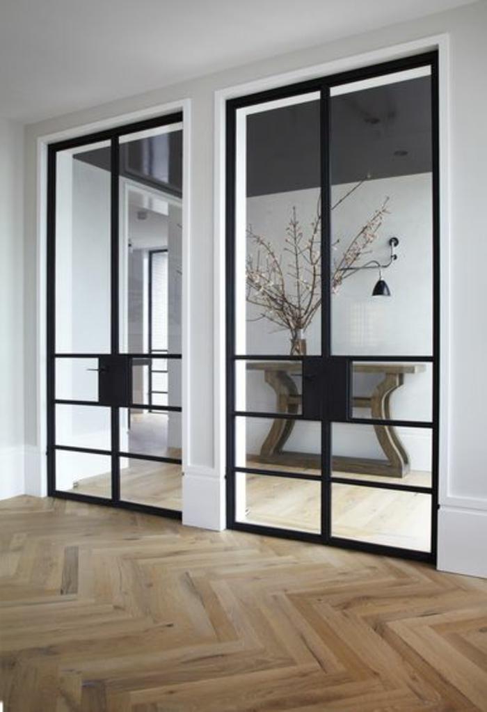 verriere-d-interieur-moderne-sol-en-parquet-clair-dans-le-salon-contemporain-grandes-fenetres