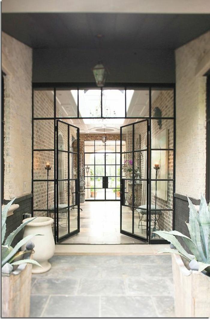 verriere-d-interieur-verriere-acier-pour-le-couloir-moderne-plafond-noir-sol-beige