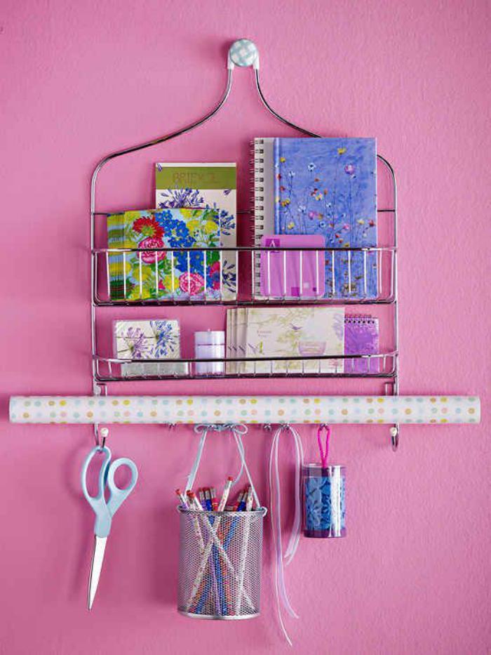 vide-poche-mural-métallique-et-un-mur-rose