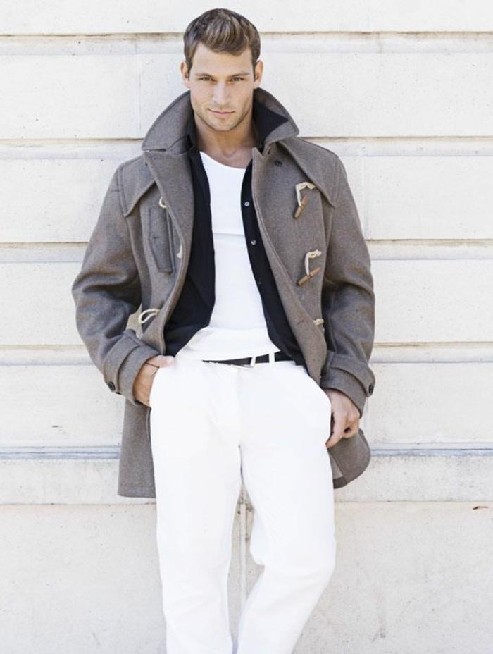 0-comment-etre-elegant-avec-le-manteau-long-homme-de-couleur-gris-pantalon-blanc-t-shirt-blanc