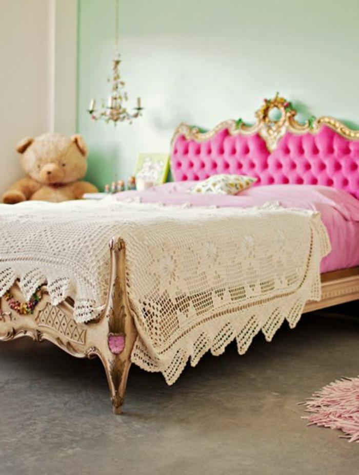0-joli-lit-baroque-rose-dans-la-chambre-barque-fille-avec-couverture-tricotée