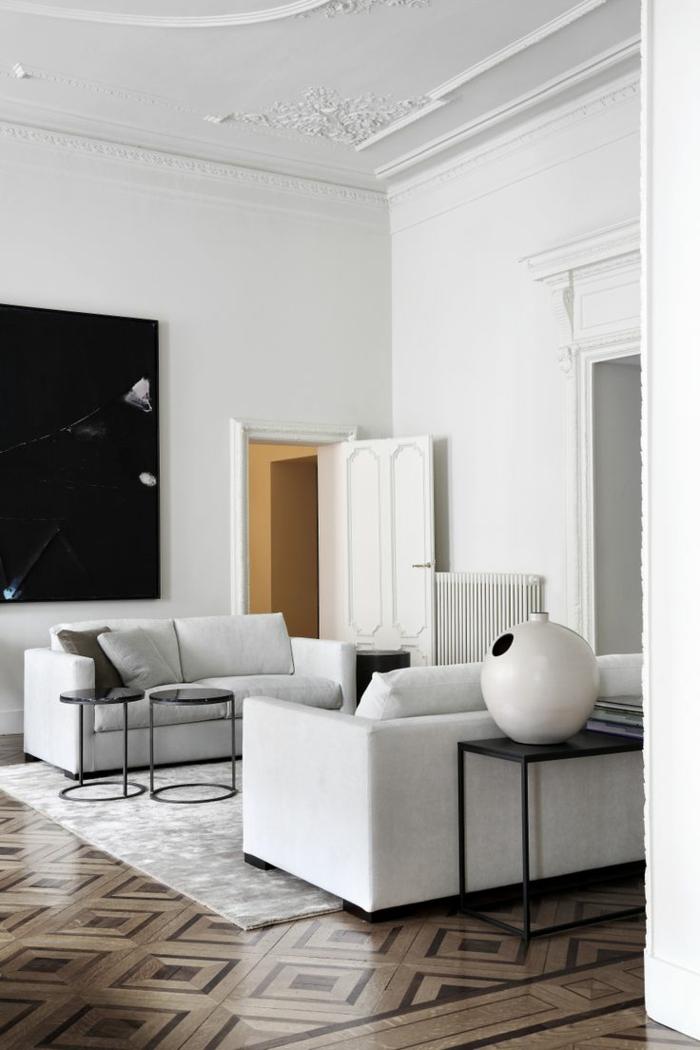 0-joli-salon-avec-moulures-decoratives-avec-corniche-plafond-sur-le-plafond-blanc