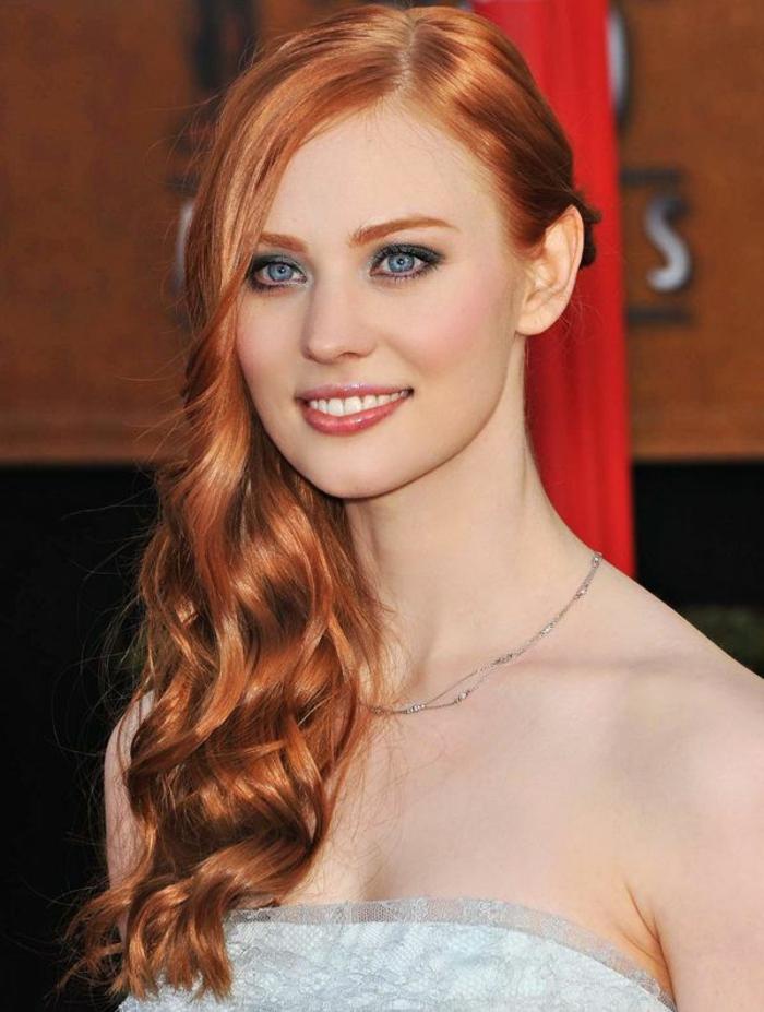 0-jolie-couleur-de-cheveux-blond-foncé-cendré-yeux-bleus-femmes-avec-peau-pale