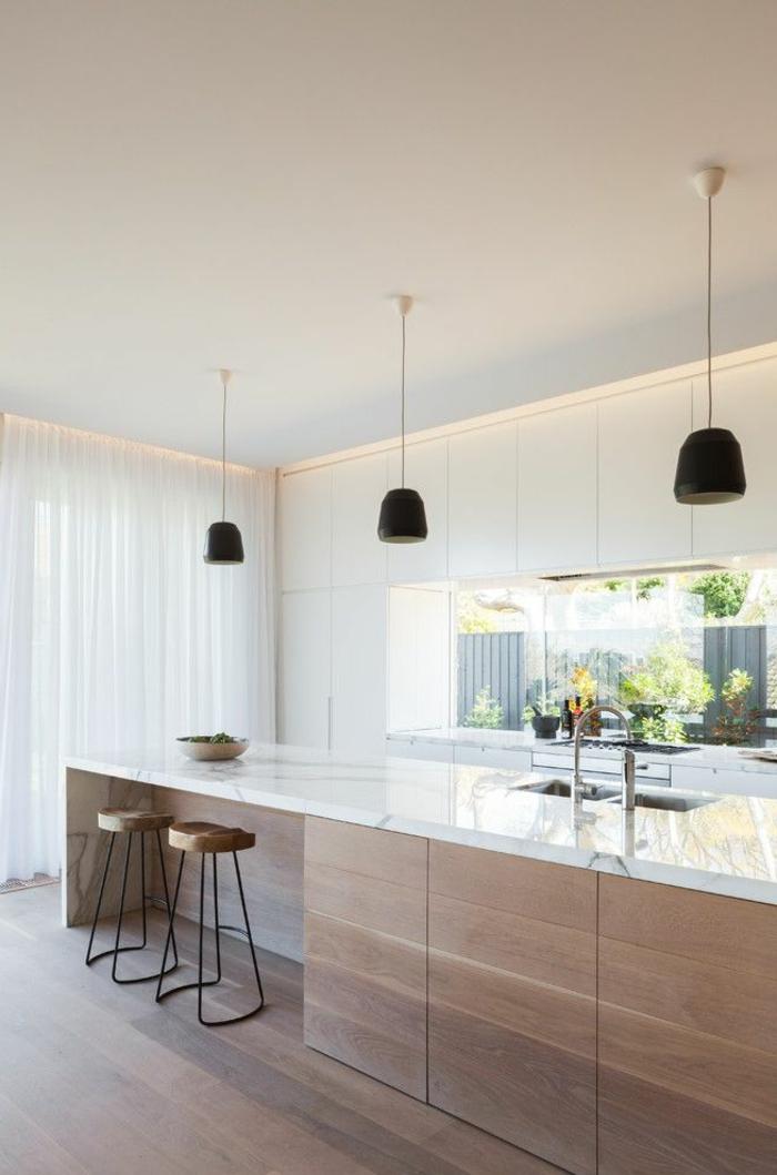 0-la-meilleure-cuisine-avec-rideaux-longs-blancs-credence-en-bois-parquet-foncé