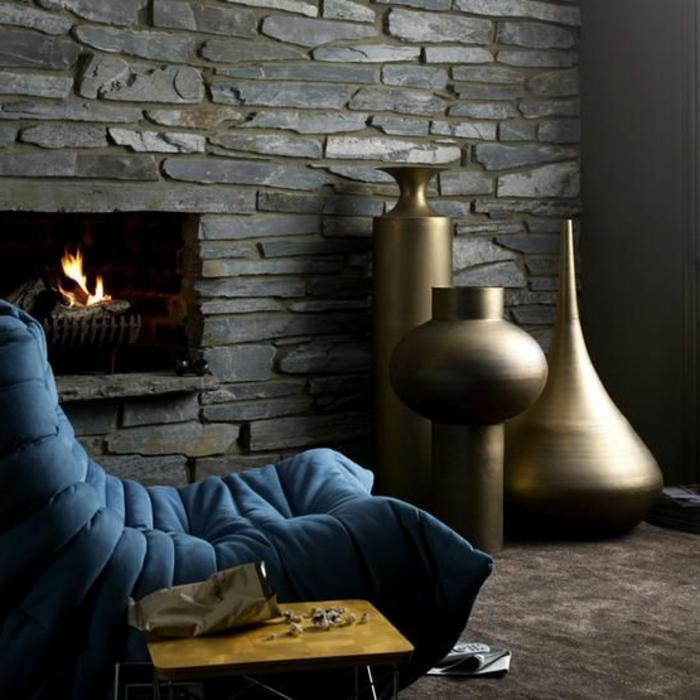 0-le-meilleur-chauffeuses-bultex-pres-de-la-cheminee-d-interieur-mur-de-pierres-gris