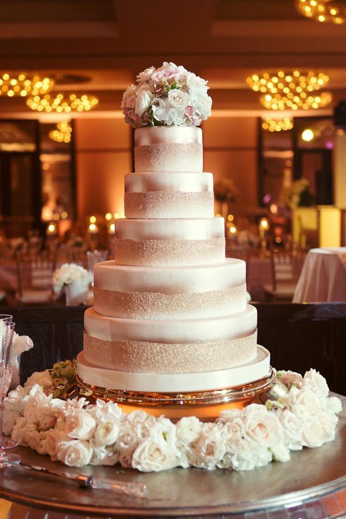 Le gâteau de mariage de style élégant: