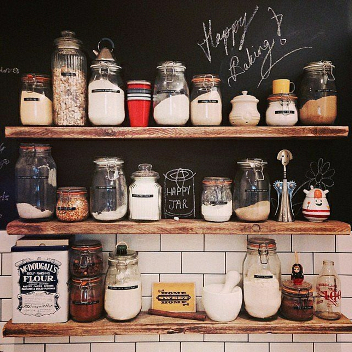 0-les-bocaux-le-parfait-dans-la-cuisine-moderne-avec-etageres-en-bois-clair-et-mur-noir