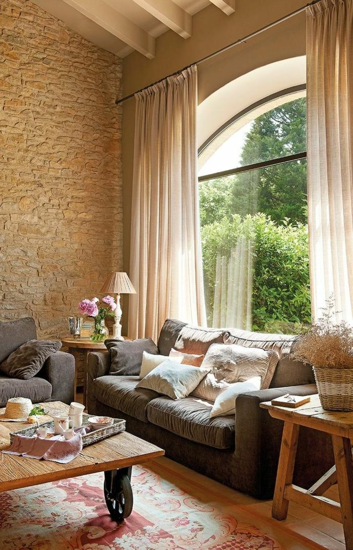 0-maisons-familiales-de-vacances-avec-salon-d-esprit-loft-mur-en-pierres-rideaux-longs-blancs