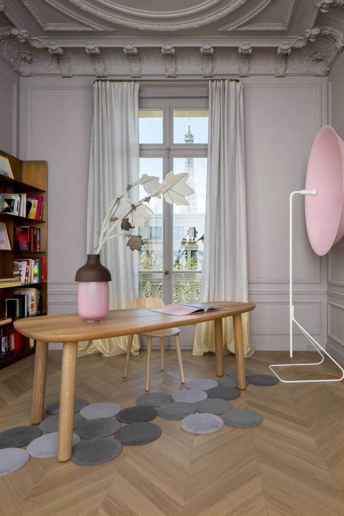 0-moulures-decoratives-et-corniche-plafond-dans-le-salon-retro-chic-avec-vase-rose-et-fleur-en-papier