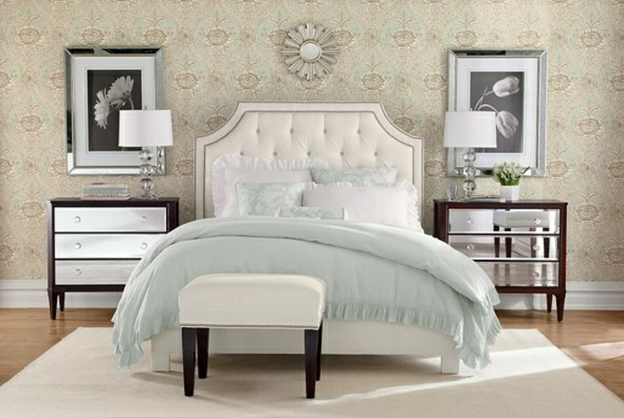 0-tete-de-lit-matelassée-blanc-et-couverture-de-lit-bleu-ciel-tapis-beige-blanc-et-tabouret-de-lit