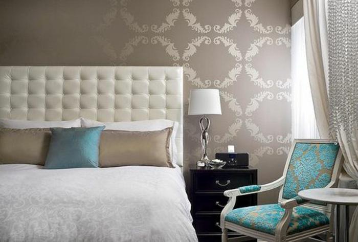 00-tete-de-lit-matelassée-blanc-et-tapisserie-murale-dans-la-chambre-a-coucher-avec-lit-blanc