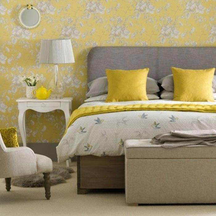 1-banquette-bout-de-lit-banc-de-lit-ikea-de-couleur-beige-jolie-chambre-a-coucher-jaune
