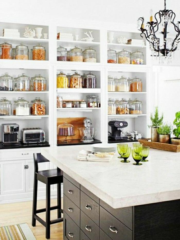1-bocaux-en-verre-dans-la-cuisine-moderne-avec-ilot-de-cuisine-central-en-marbre-blanc
