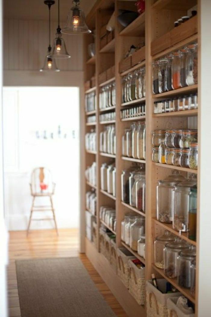 1-bocaux-en-verre-pour-les-etageres-en-bois-dans-la-cuisine-moderne-avec-sol-en-planchers