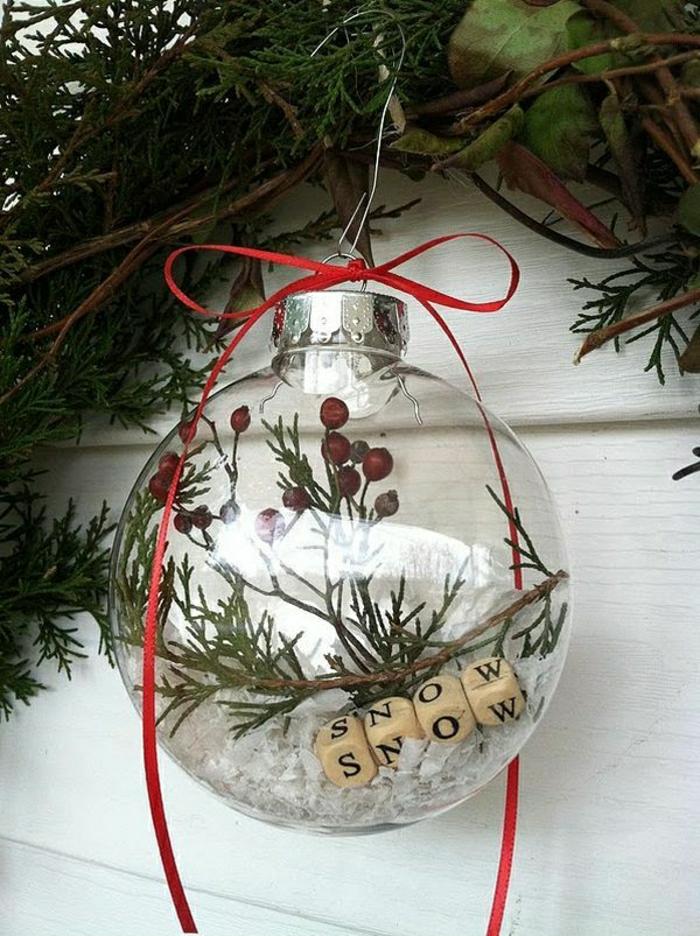 1-boule-de-Noël-pour decorer-les-potes-chez-vous-jolie-porte-en-bois-blanc
