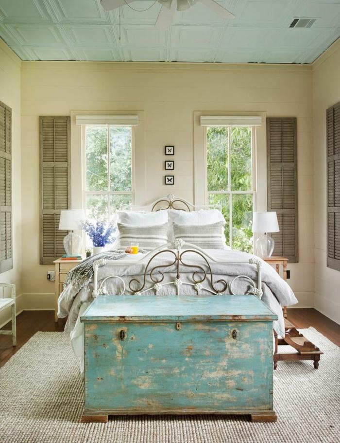 1-bout-de-lit-coffre-en-bois-de-couleur-bleu-ciel-et-lit-en-fer-blanc-murs-beiges
