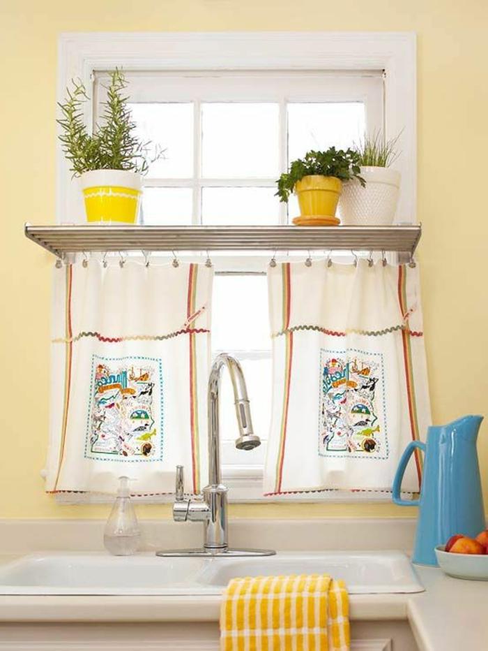 1-brise-brise-pour-la-fenetre-dans-la-cuisine-fleurs-d-interieur-evier-murs-jaunes