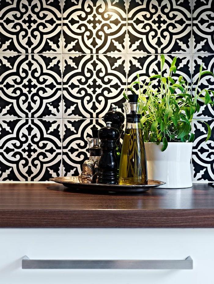 1-carrelage-noir-et-banc-pour-les-murs-dans-la-cuisine-avec-credence-de-cuisine-en-bois-foncé