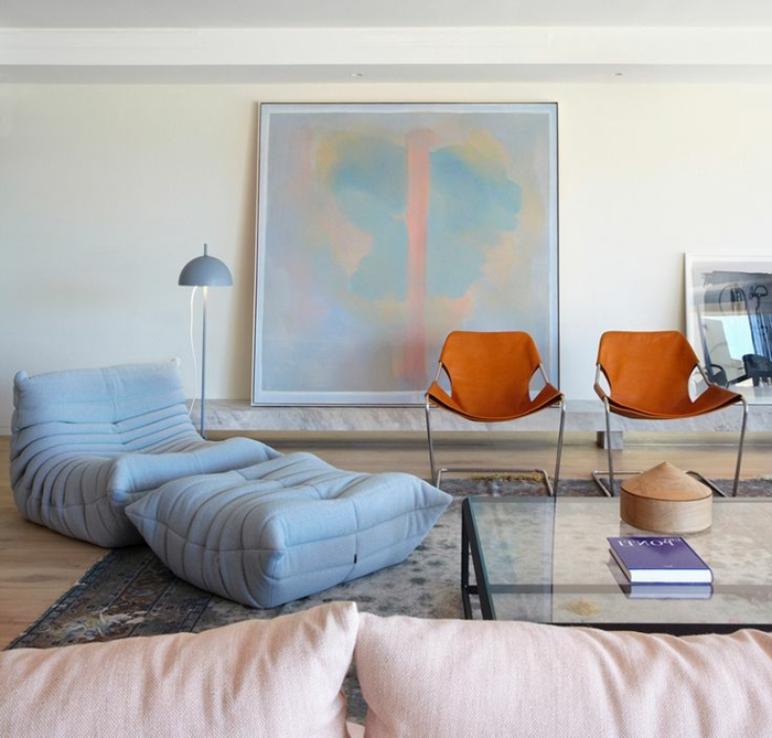 1-chauffeuse-pas-cher-bleu-clair-pour-le-salon-moderne-avec-tapis-gris-et-peintre-murale-art-moderne