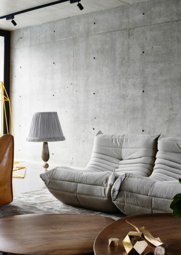 1-chauffeuses-bultex-gris-dans-le-salon-avec-murs-en-beton-cire-gris-lampe-de-salon-grise