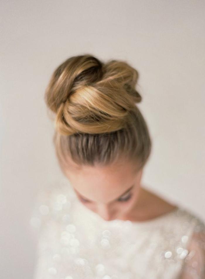 1-coiffure-de-soirée-facile-coiffure-a-faire-soi-meme-balayage-blond-cheveux-blonds