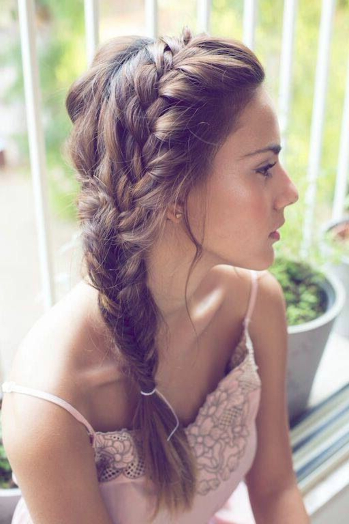 1-coiffure-facile-cheveux-mi-long-marron-robe-de-soiree-rose-pale-rose-cendre