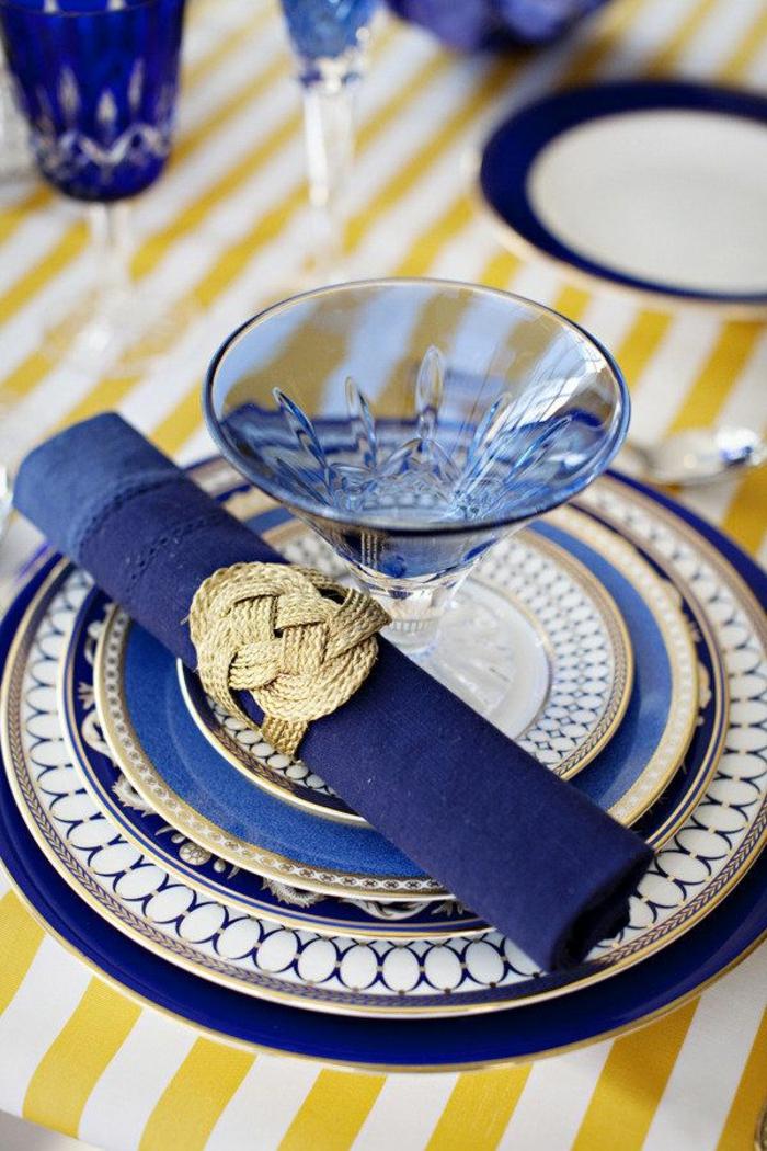 1-comment-creer-la-plus-belle-decoration-pour-la-table-de-noel-ronds-de-serviette-personnalisé-pliage-rouleau