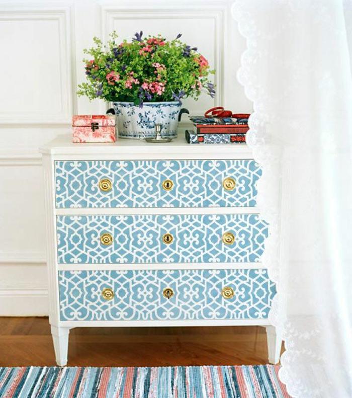 1-comment-decorer-les-vieux-meubles-relooker-un-meuble-en-bois-avec-decoration-blanc-bleu