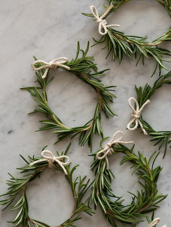 1-decoration-avec-rond-de-serviette-vert-en-branche-vert-decoration-pour-la-table-de-noel