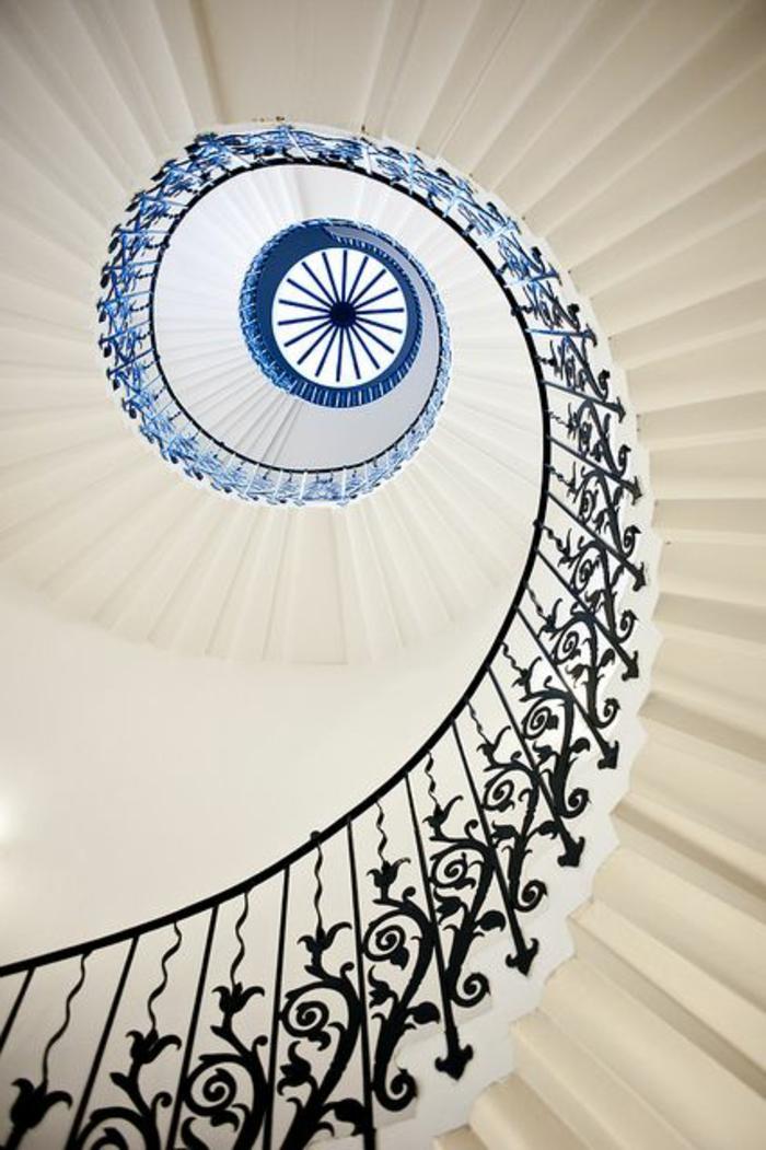 1-escalier-quart-tournant-avec-rambarde-en-fer-forgé-avec-decoration-enforme-de-fleurs