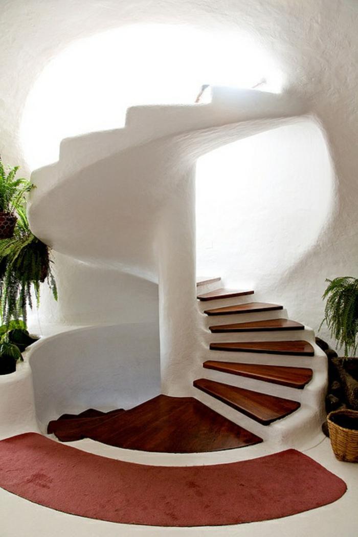 1-escalier-tournant-blanc-pour-l-interieur-de-style-greque-plantes-vertes-d-interieur