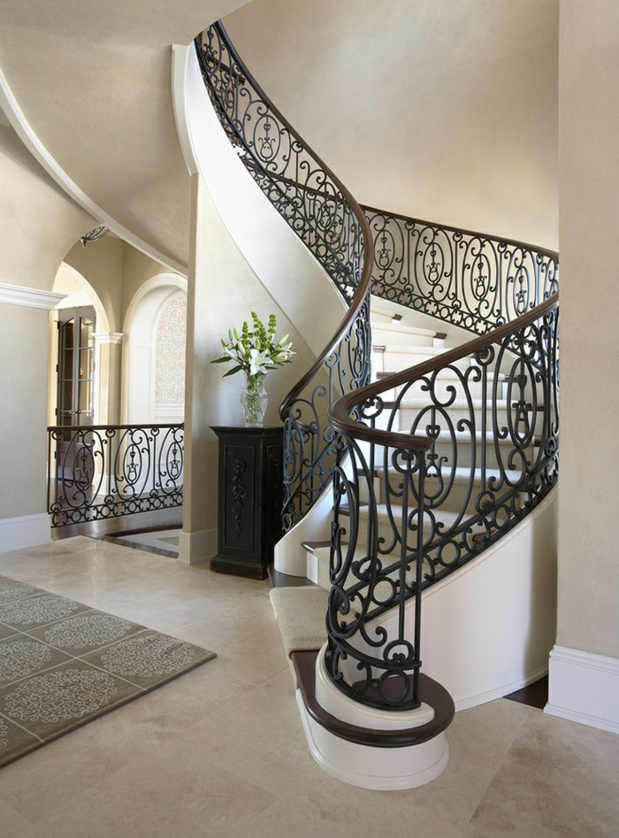 1-escalier-tournant-dans-l-intereur-moderne-avec-carrelage-sur-le-sol-rambarde-en-fer-forgé