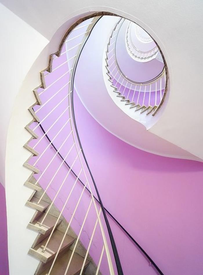 1-escalier-tournant-dans-le-couloir-moderne-avec-murs-violettes-et-plafond-blanc