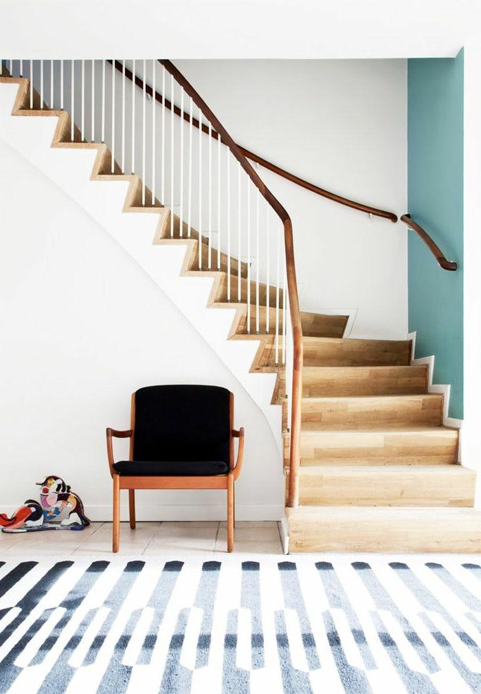 1-escalier-tournant-en-bois-clair-tapis-dans-l-entree-moderne-tapis-a-rayures-blanches-et-noires