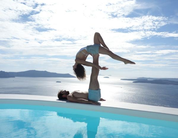 1-exercice-de-yoga-pilates-exercices-pratiques-âme-piscine-couple-jolie