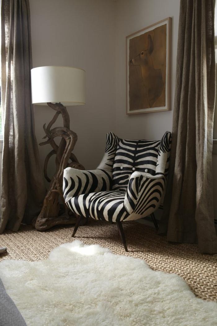 1-fauteuil-zèbre-blanc-noir-tapis-fausse-fourrure-blanc-et-tapis-en-rotin-lampe-de-salon-en-bois