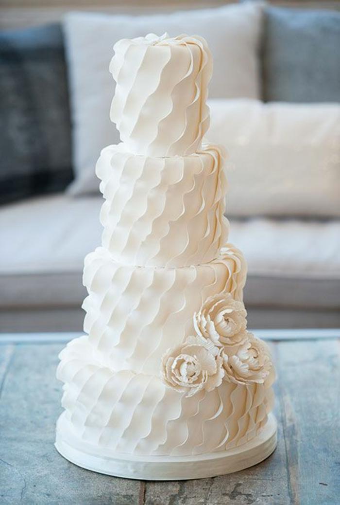 1-gateau-de-mariage-original-blanc-avec-decoration-elegante-blanche