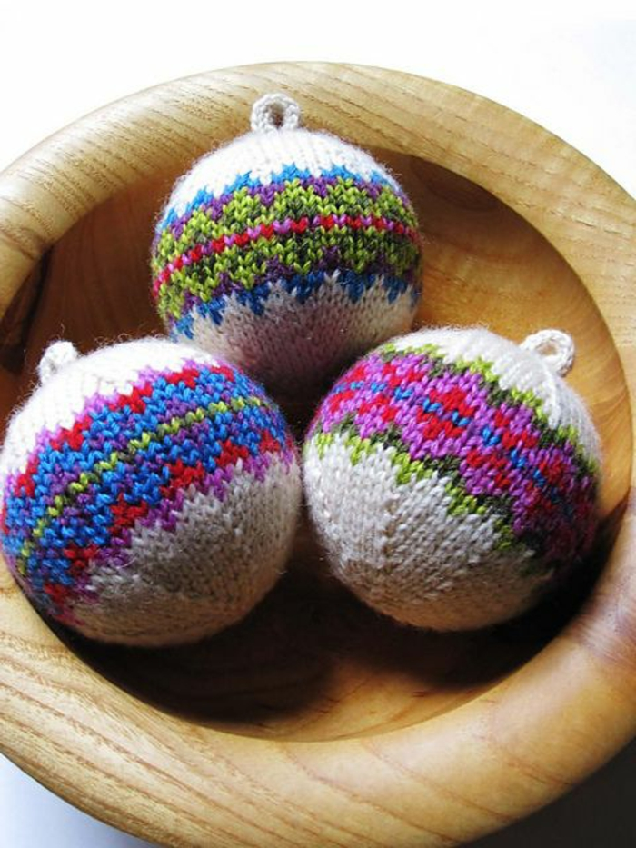 1--idee-deco-sapin-de-noel-avec-boule-de-noel-a-faire-soi-meme-avec-une-originale-decoration
