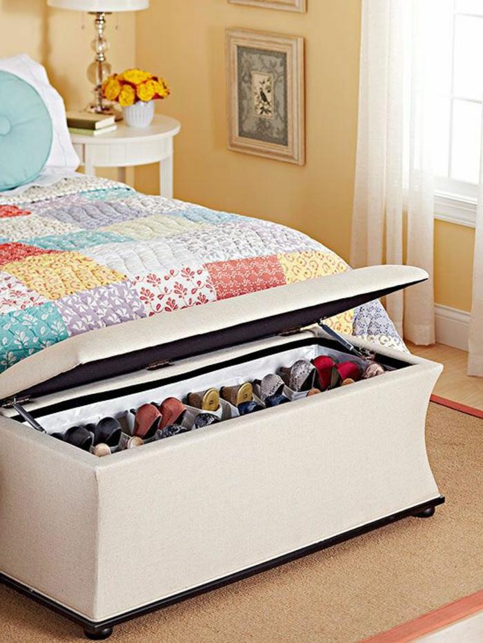 1-joli-bout-de-lit-coffre-beige-dans-la-chambre-a-coucher-moderne-moquette-beige