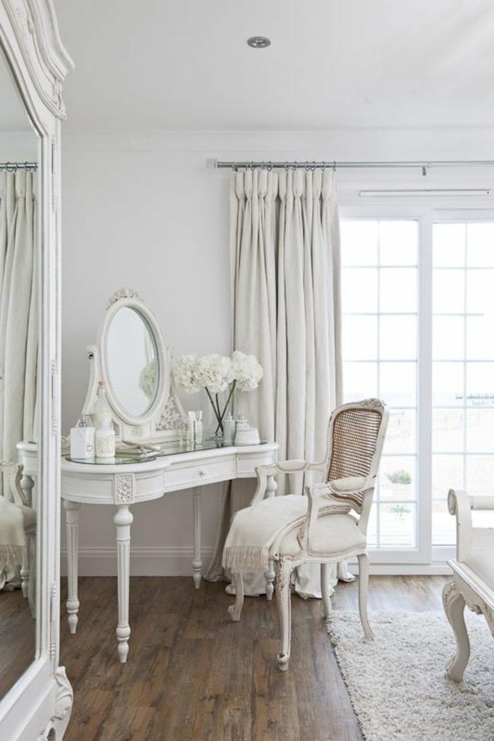 1-joli-coiffeuse-ikea-en-bois-blanc-avec-grand-fenetre-sol-en-bois-foncé-et-miroir-rond-rideaux-blancs