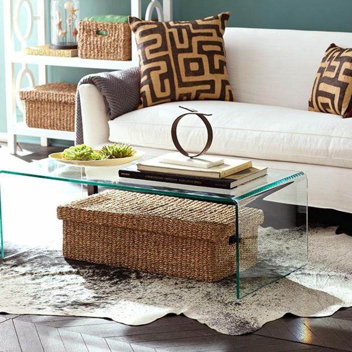 1-joli-design-de-la-table-de-salon-en-verre-tapis-en-peau-d-animal-blanc-sol-en-parquet-foncé