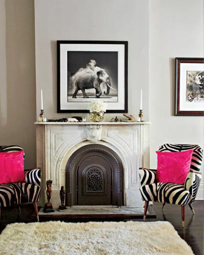 1-joli-fauteuil-zebre-et-un-petit-fauteuil-crapaud-pour-le-salon-avec-cheminée-d-interieur-moderne