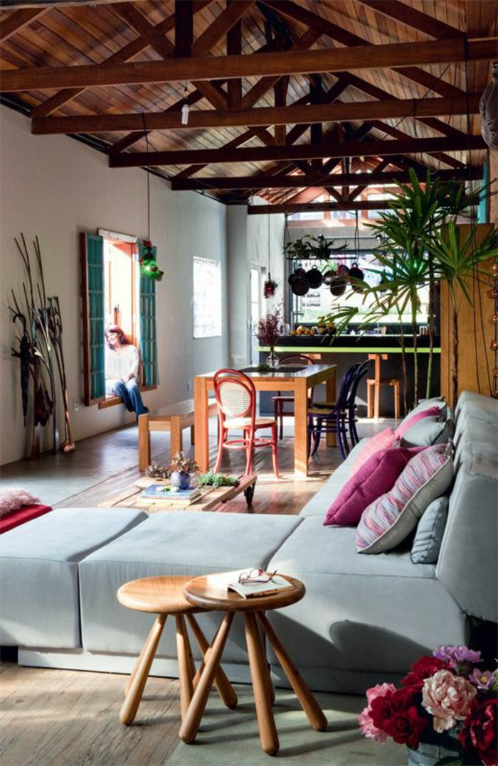 1-joli-interieur-de-la-maison-rustique-maisons-familiales-de-vacances-avec-canape-gris-bleu-et-chaise-basse-en-bois