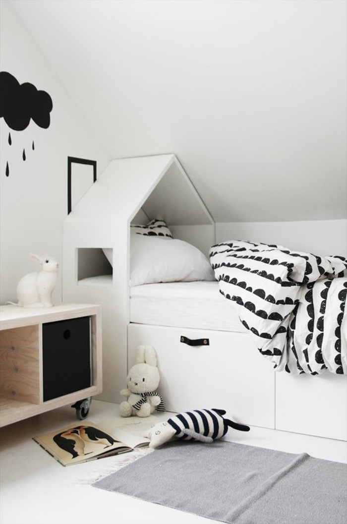 1-joli-lit-cabanne-en-bois-et-une-decoration-murale-en-forme-de-nuage-pan-de-mur-en-forme-de-nuage