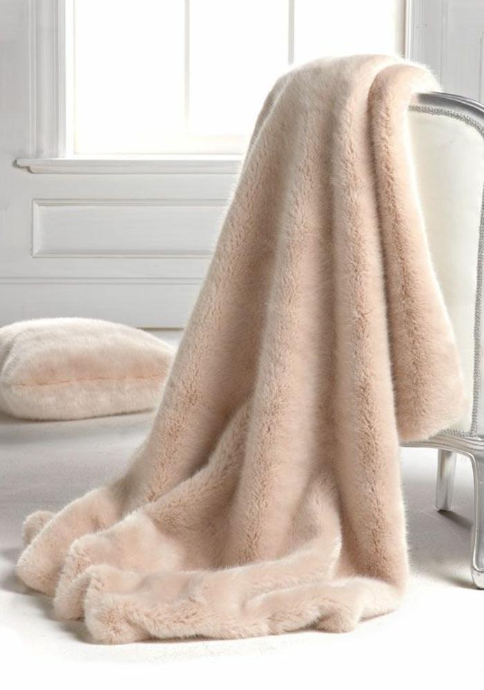 1-joli-modèle-de-plaid-en-fourrure-beige-fenetre-grande-joli-salon-de-style-baroque